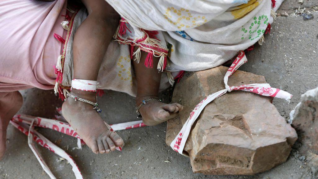 Con 15 meses de edad se pasa el día atada a una piedra