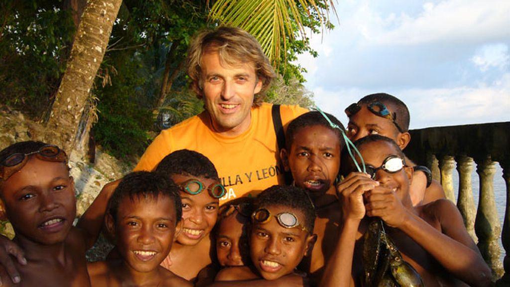 Jesús Calleja con los niños de la tribu Deni