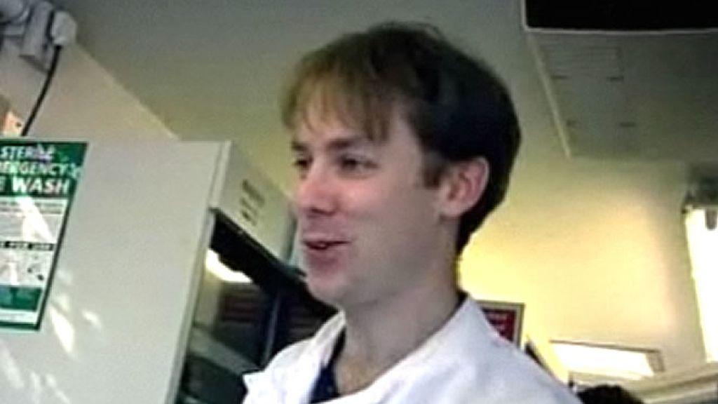 Uno de los científicos que supervisan la investigación