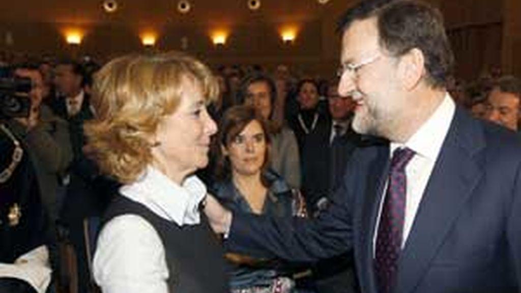 Esperanza Aguirre y Mariano Rajoy se saludan en el acto en que Rodrigo Rato fue investido doctor honoris causa. Foto: EFE