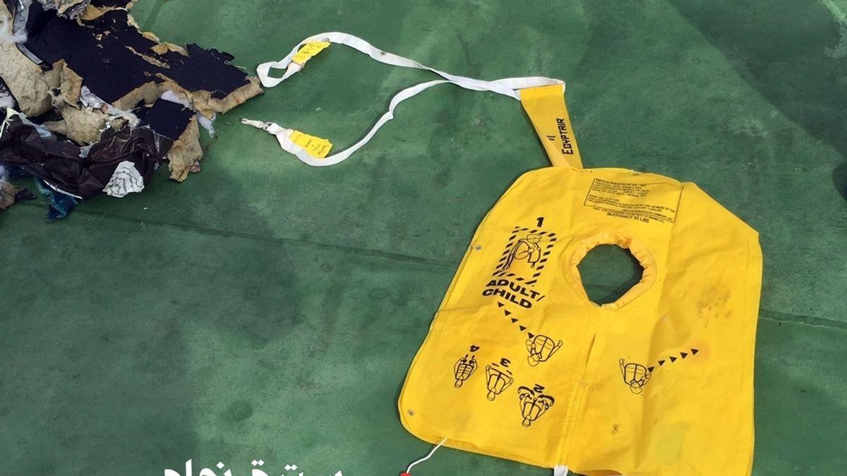 Se pueden ver restos de equipajes y fuselaje del avión
