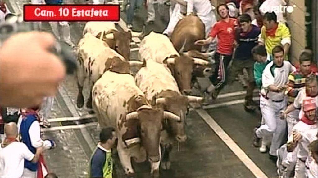 A lo largo de la concurrida calle Estafeta los toros galoparon a un ritmo elevado, trompicando en los primeros metros a algunos corredores