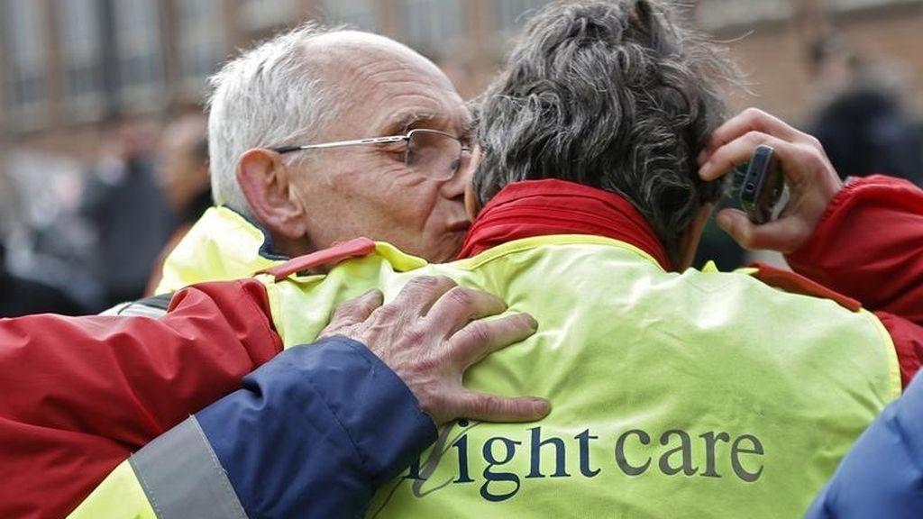 Empleados del aeropuerto de Bruselas se abrazan tras la evacuación