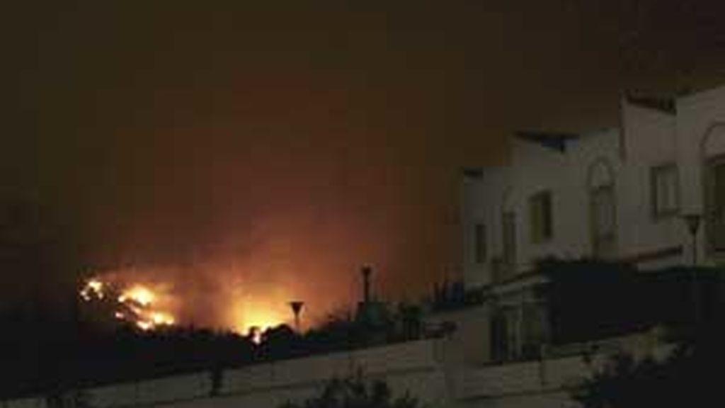Imagen del incendio que se originó  en una zona pinar de la partida de El Copet, en la localidad alicantina de la Nucia. Foto: EFE