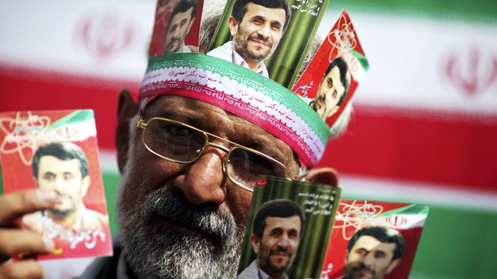 Un seguidor de Ahmadineyad durante un mitin del presidente iraní