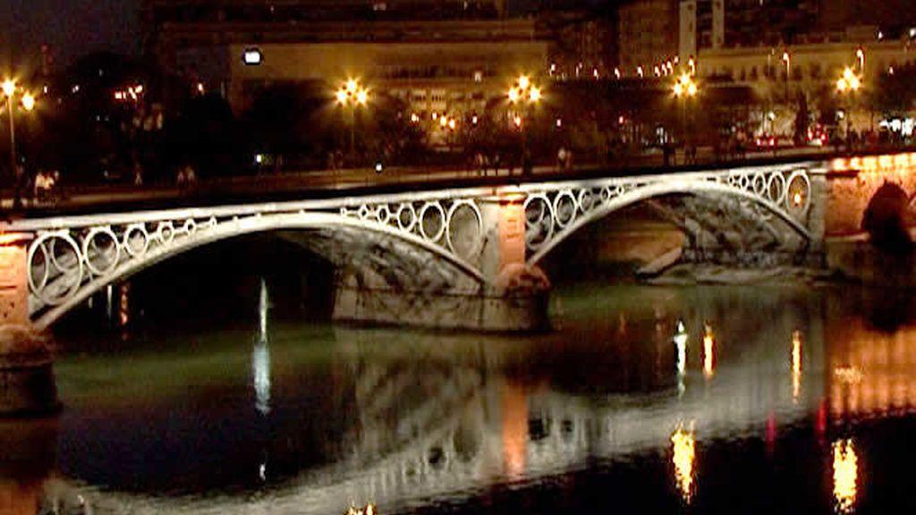 El Puente de Triana, de noche