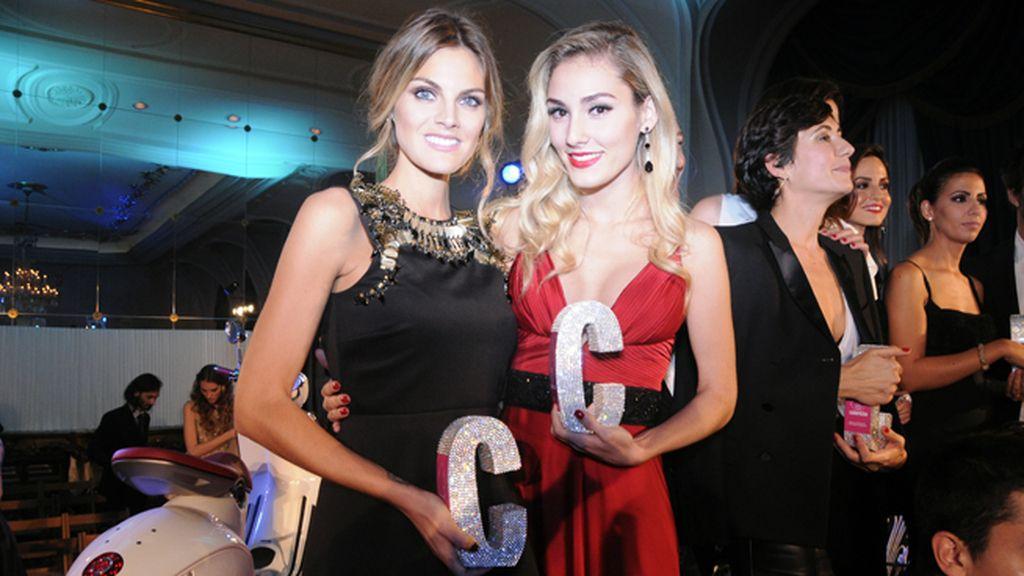Amaia Salamanca y Priscila Hernández, premiada por su blog Personal style, posaron orgullosas con sus respectivos trofeos