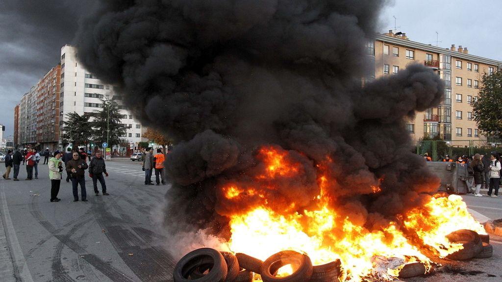 Un piquete informativo incendia ruedas durante la huelga genral en Burgos