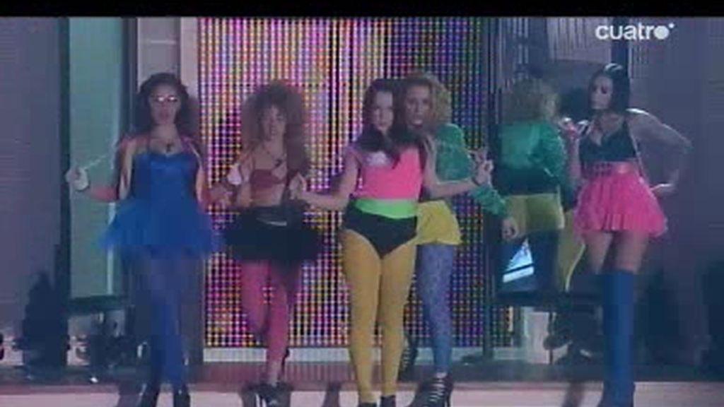 Las chicas fuego de la Escuela sobre el escenario