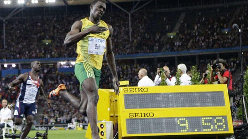 Bolt machaca a sus rivales y pulveriza el record del mundo