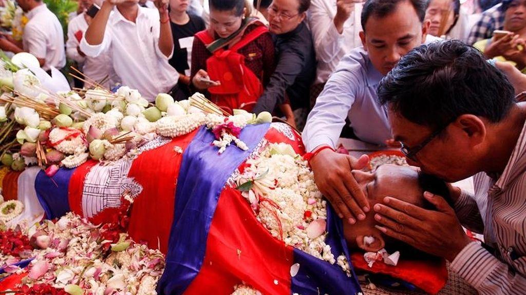 Besos para el fallecido analista político camboyano Kem Ley