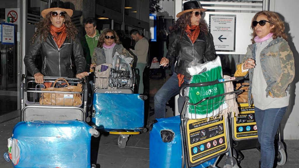 Lolita y Rosario Flores, recién llegadas de México, con gafas y sombreros