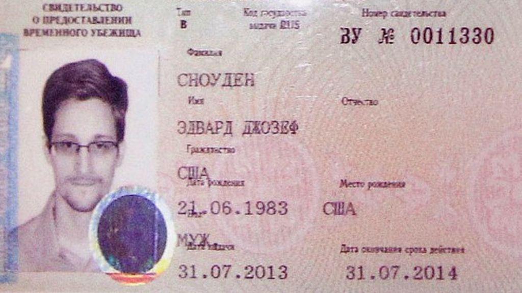 Edward Snowden tiene documento de identidad ruso