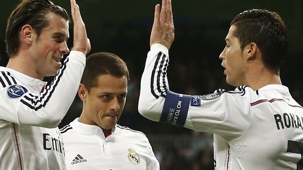 Cristiano Ronaldo y Gareth Bale chocan las manos en presencia de Chicharito