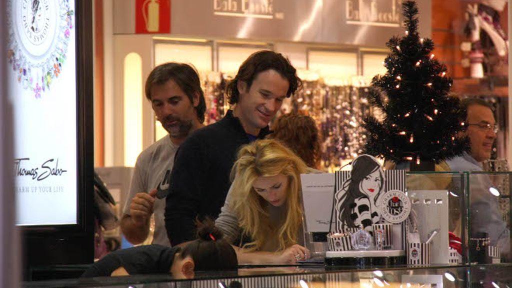 Carlos Moyà y Carolina Cerezuela, de compras con el bebé