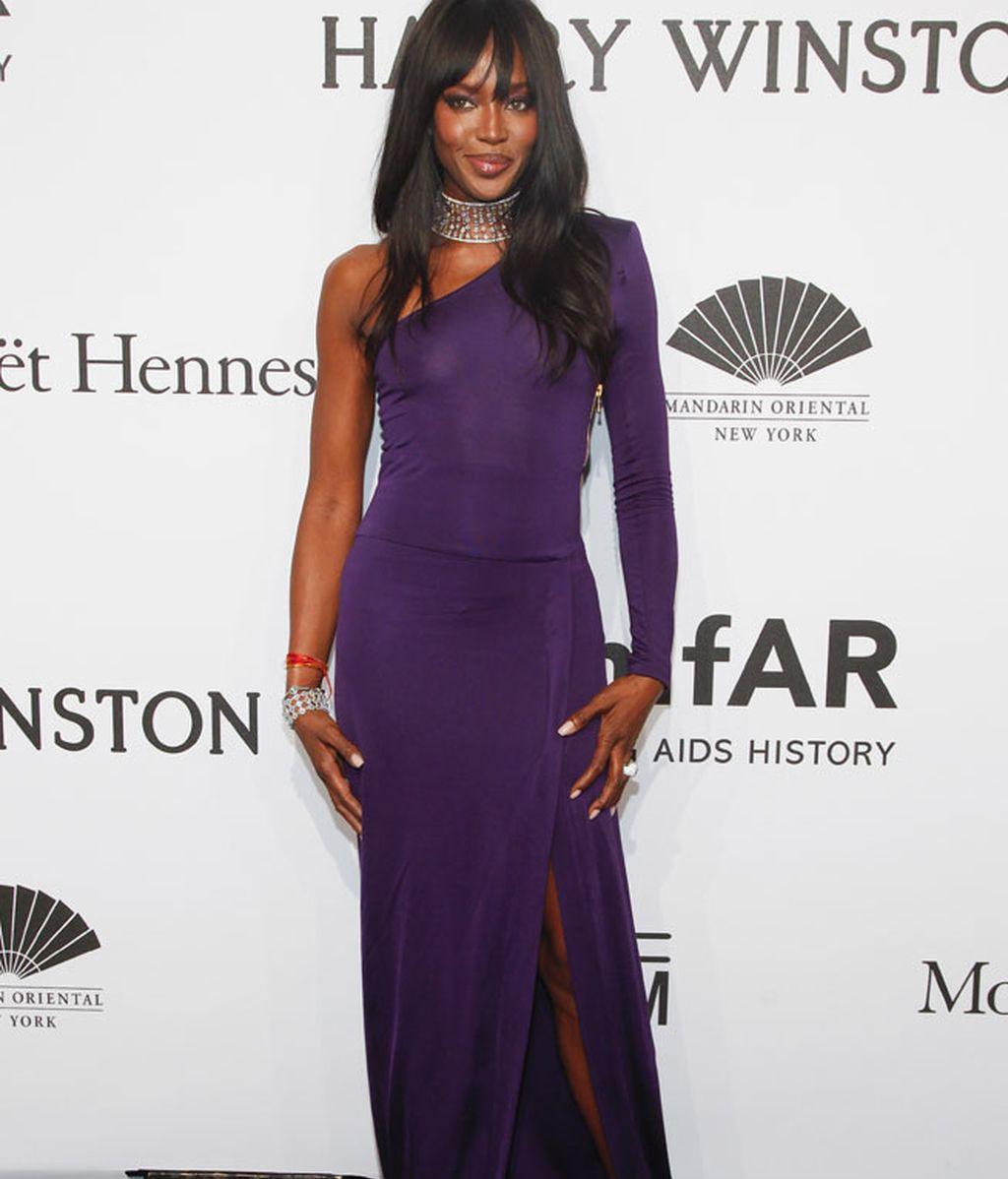 Naomi Campbell eligió un vestido violeta de escote asimétrico con abertura lateral