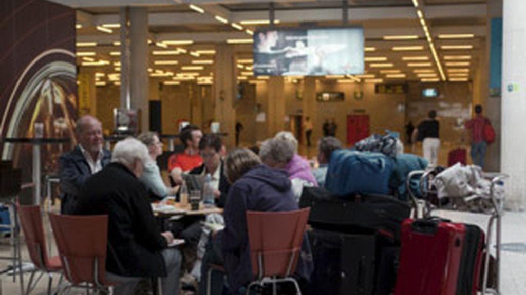 Un grupo de pasajeros descansan en la terminal del aeropuerto mallorquín de Son San Joan. Foto: EFE