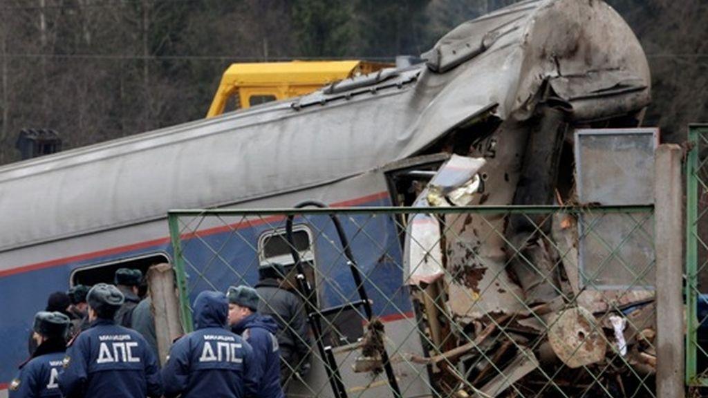 Tren descarrilado en Rusia deja 30 muertos