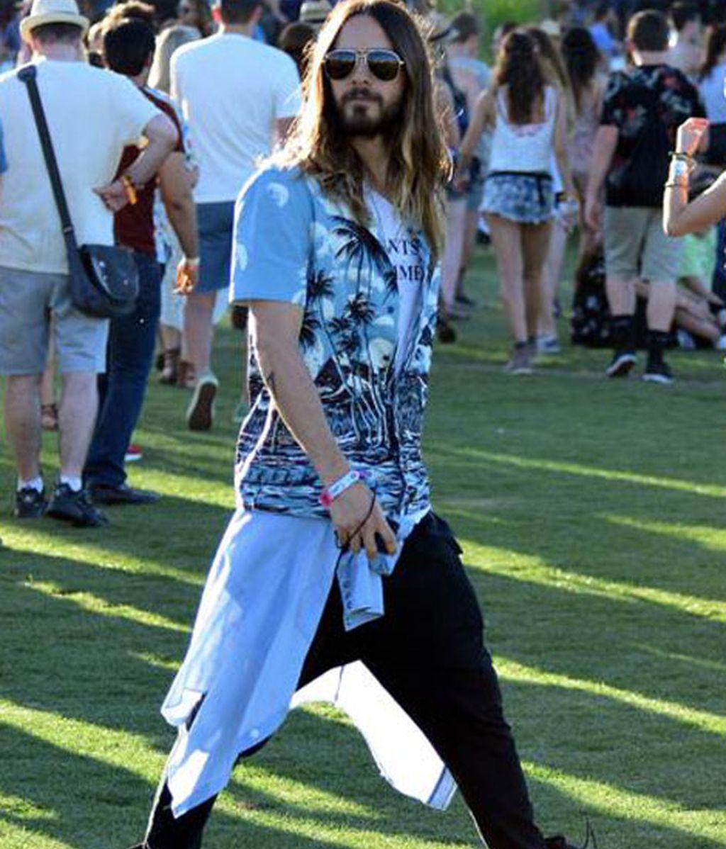 Jared Leto con camisa de estampado Hawaiano