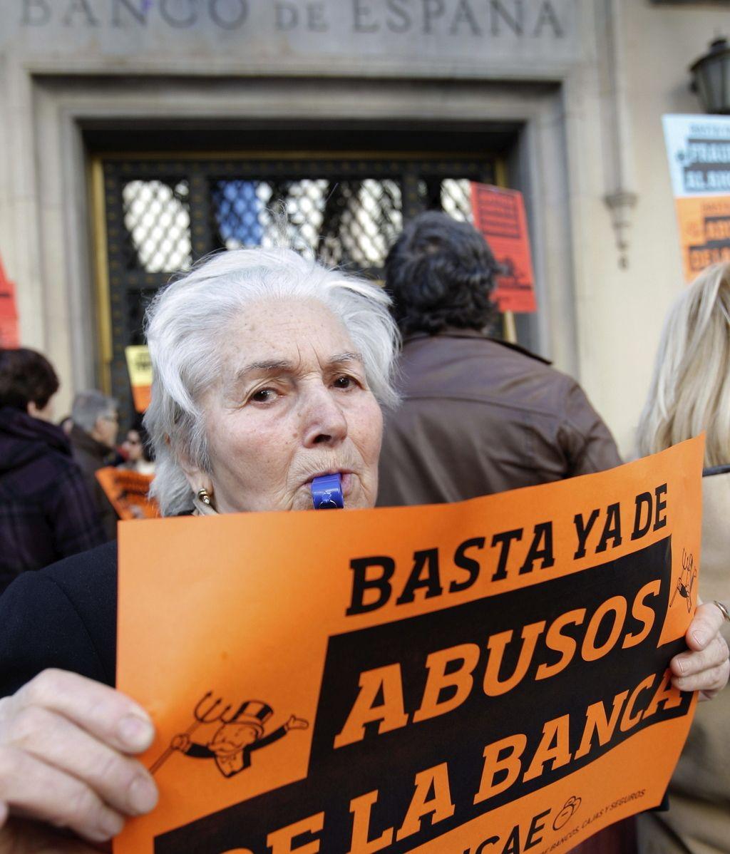 Protesta ante la sede del Banco de España en Valencia contra las preferentes