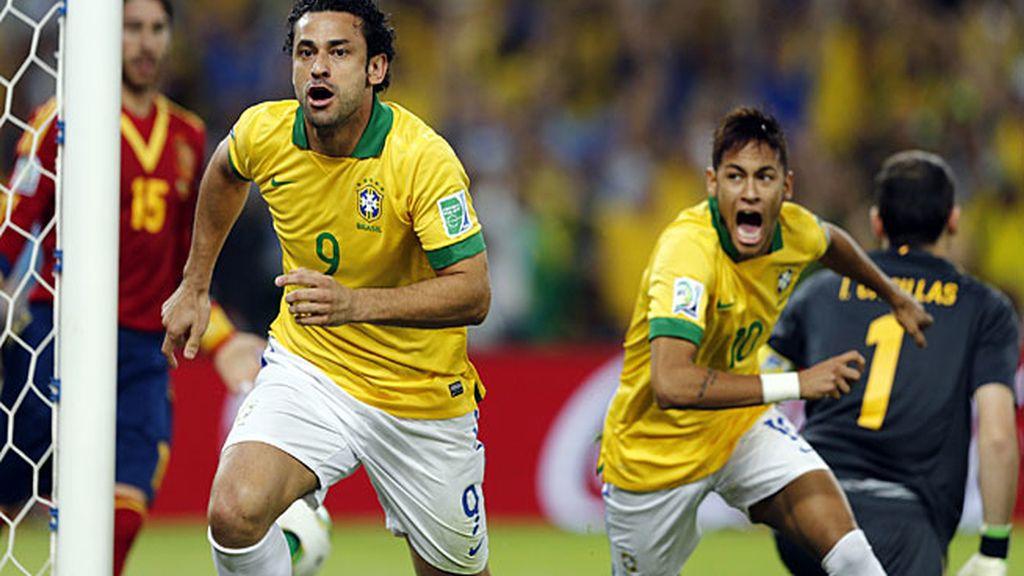 Fred celebra el primer gol de Brasil