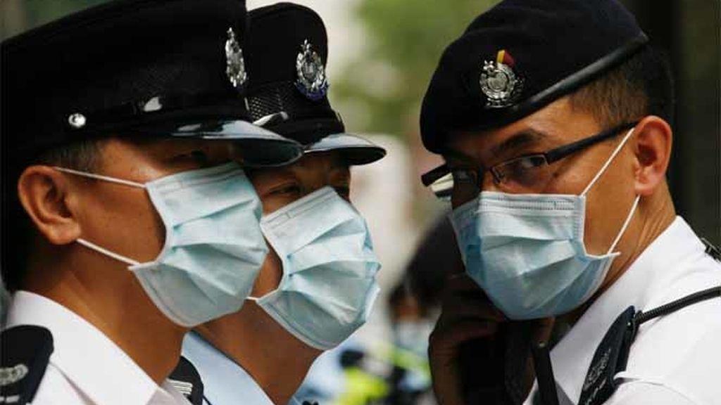 Policías chinos custodian a los mexicanos en cuarentena