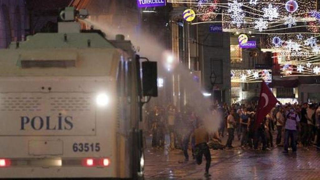 La Policía emplea de nuevo cañones de agua y gas lacrimógeno contra los manifestantes en Estambul