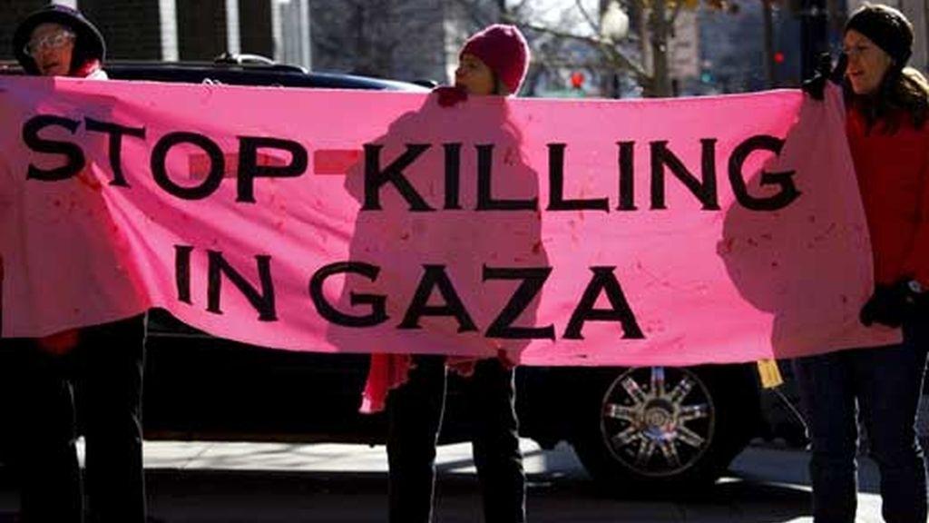 Manifestantes protestan contra el asedio israelí sobre Gaza a las afueras del hotel donde se aloja la ministra israelí de Exteriores, Tzipi Livni, durante su visita a EEUU. Foto: EFE