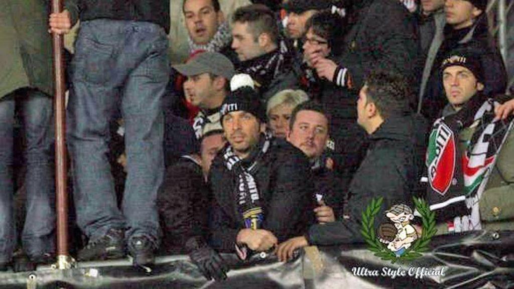 Buffon, en la grada durante un partido con radicales de la Juve