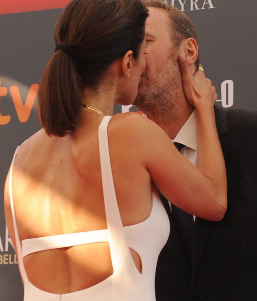 El romántico beso de Maribel Verdú y su marido Carlos Larrañaga