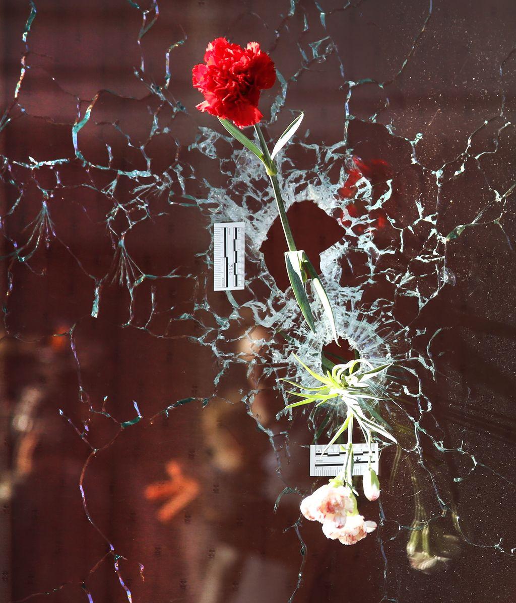 París se tiñe de flores, velas y carteles para pedir justicia