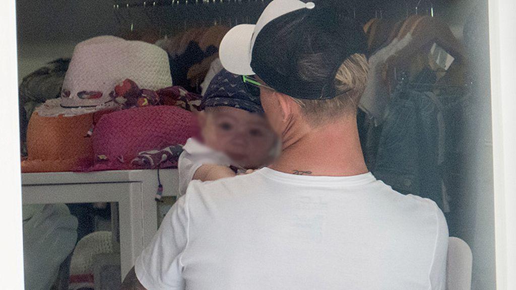 Con menos de seis meses, el pequeño Enzo ya conoce la isla Pitiusa