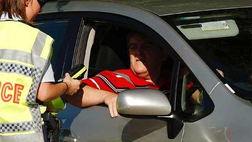 Un agente de policía realizando un control de alcoholemia en Sidney