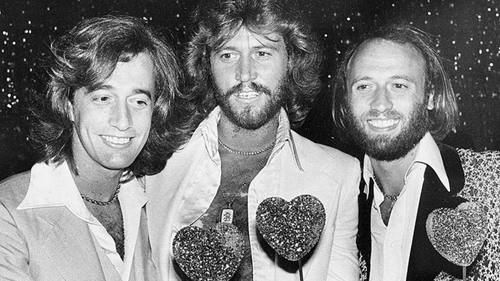 Homenaje al estilo de Robin y los Bee Gees: una vida de éxito y looks extremos