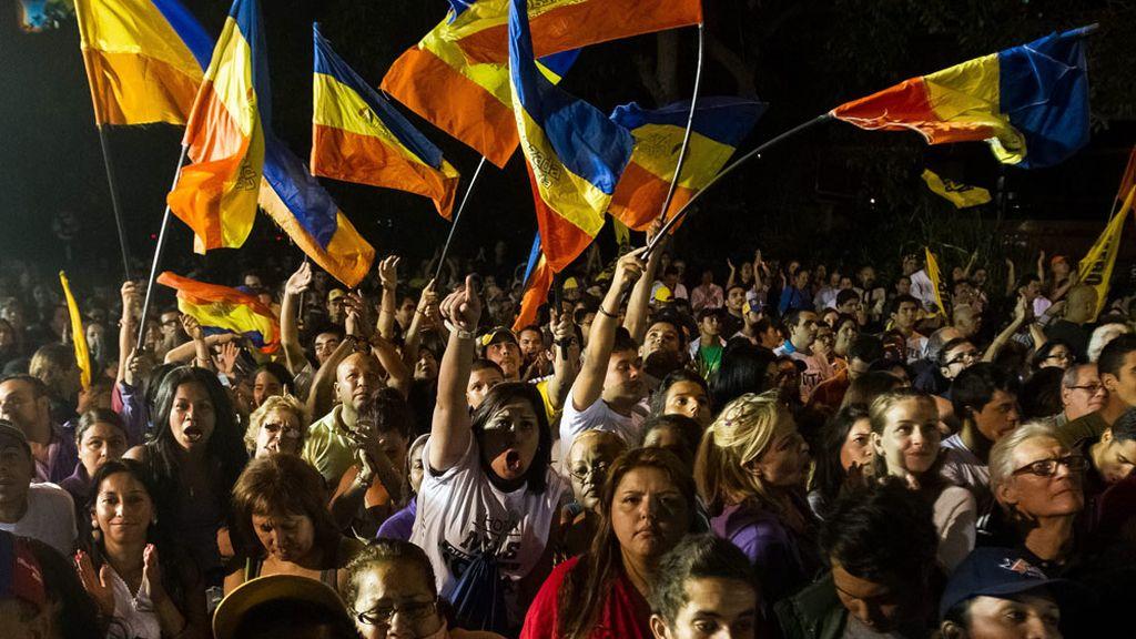 Seguidores de Capriles celebran su victoria en el estado de Miranda en Venezuela