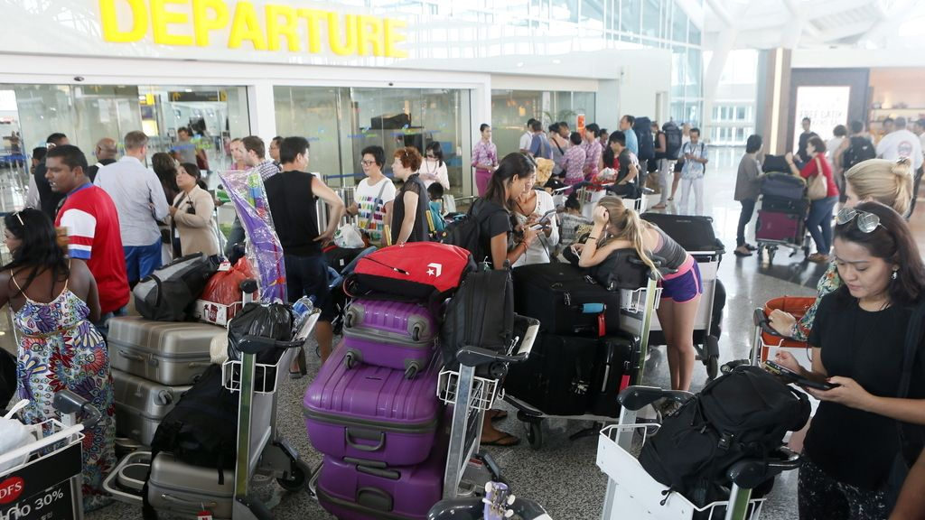 Indonesia cierra cuatro aeropuertos debido a la erupción del volcán Raung