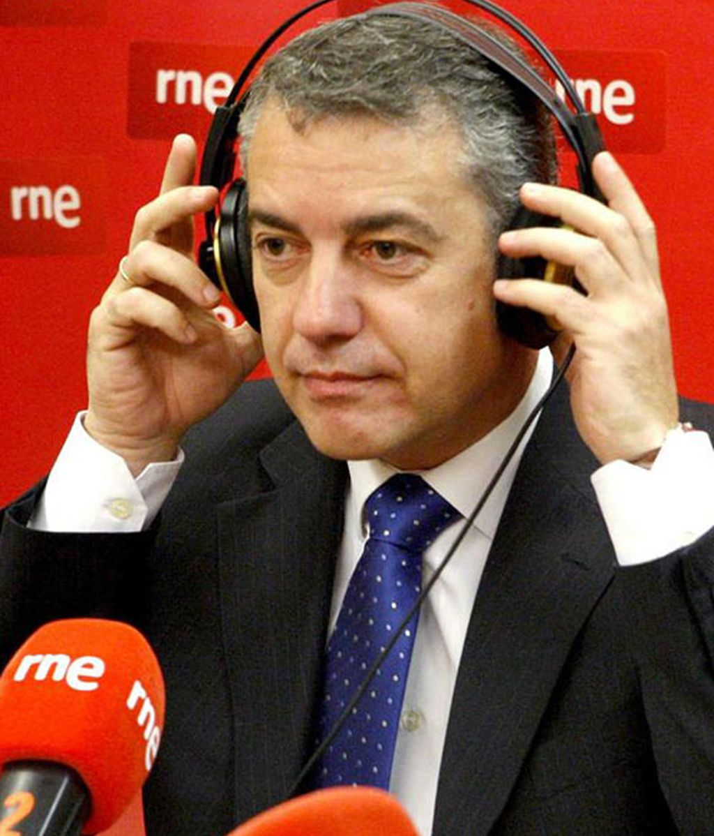 El presidente del PNV, Iñigo Urkullu, al comienzo de la entrevista que concedió hoy a Radio Nacional de España.