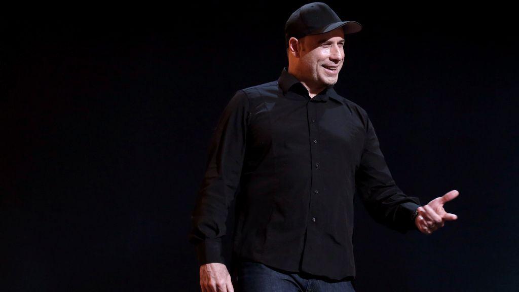 John Travolta en el escenario del Teatro Dolvy