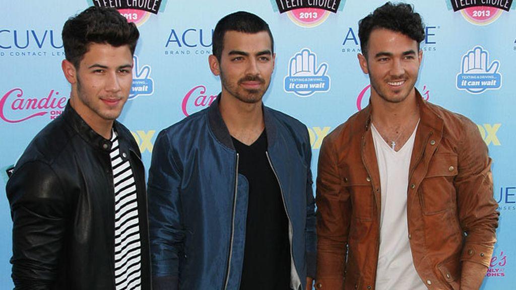 Los Jonas Brothers también desfilaron por la alfombra azul