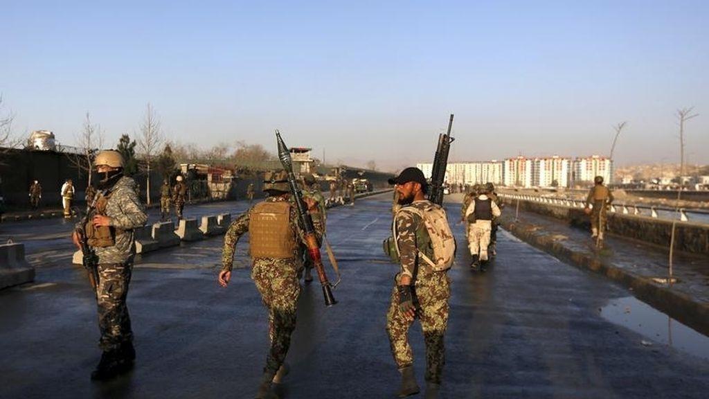 Fuerzas afganas en dirección hacia el Ministerio de Defensa tras un ataque terrorista suicida