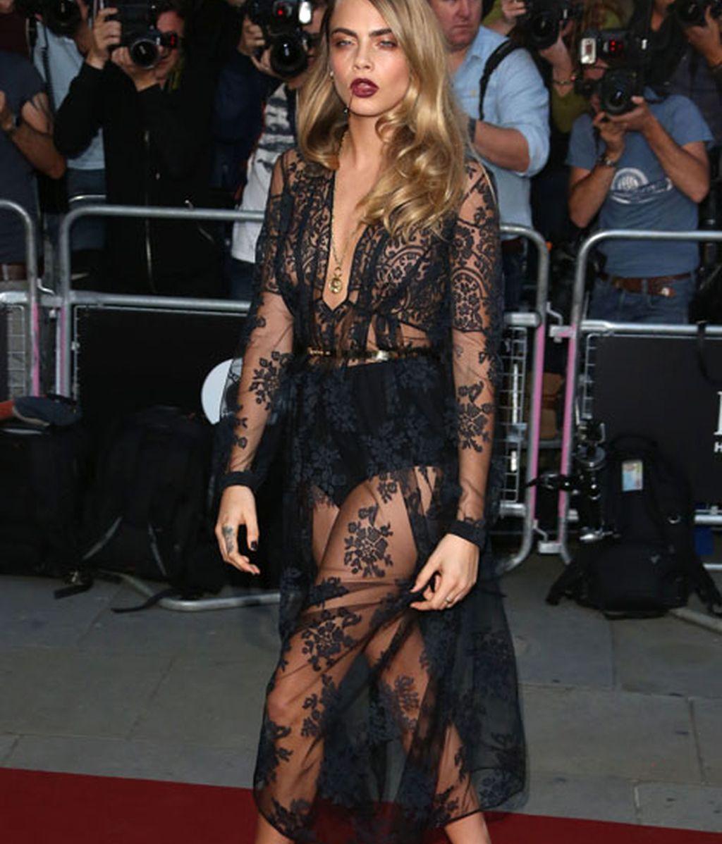 Cara Delevingne lució un vestido negro de transparencias de Burberry