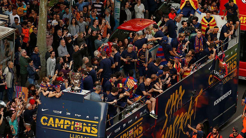 La rúa del campeón de Liga: Barcelona sale a calle para celebrar la Liga (15/05/2016)