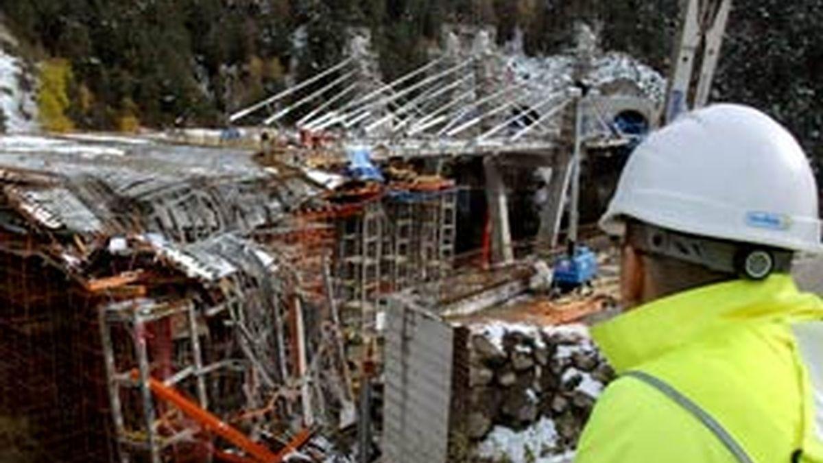 Bomberos y operarios técnicos trabajan para rescatar los cuerpos sepultados el pasado sábado. Foto: EFE