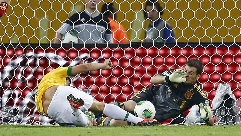 Fred se adelanta a Casillas para marcar