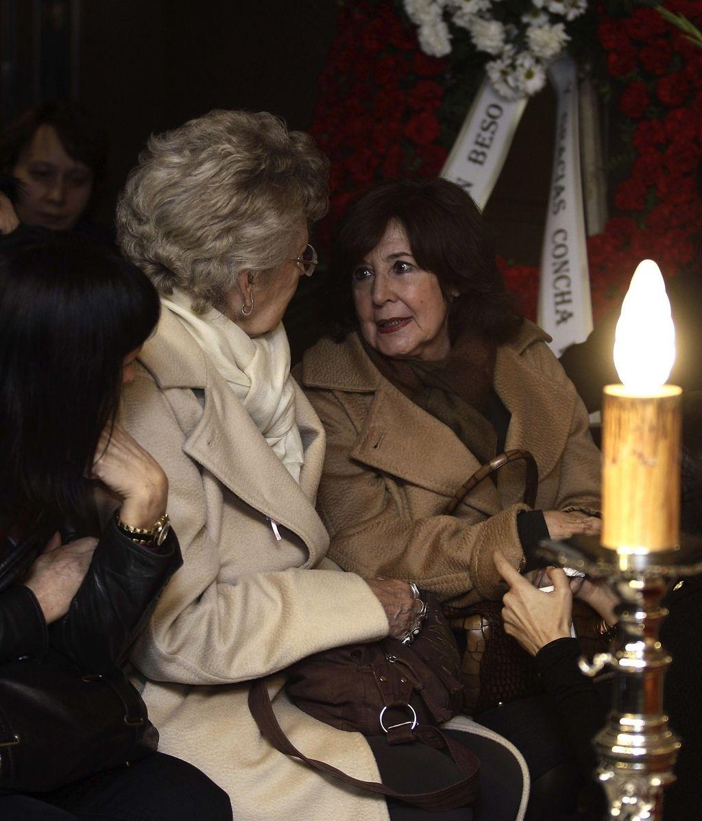 Concha Velasco y Pilar Bardem acuden a la capilla ardiente de Tony Leblanc