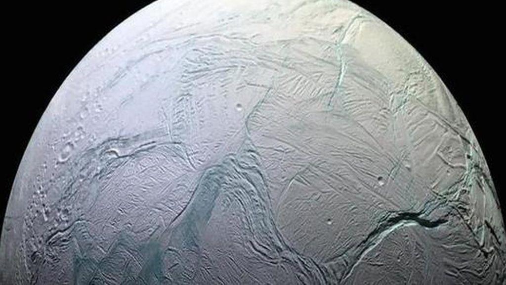 Las extrañas grietas en una luna de Saturno