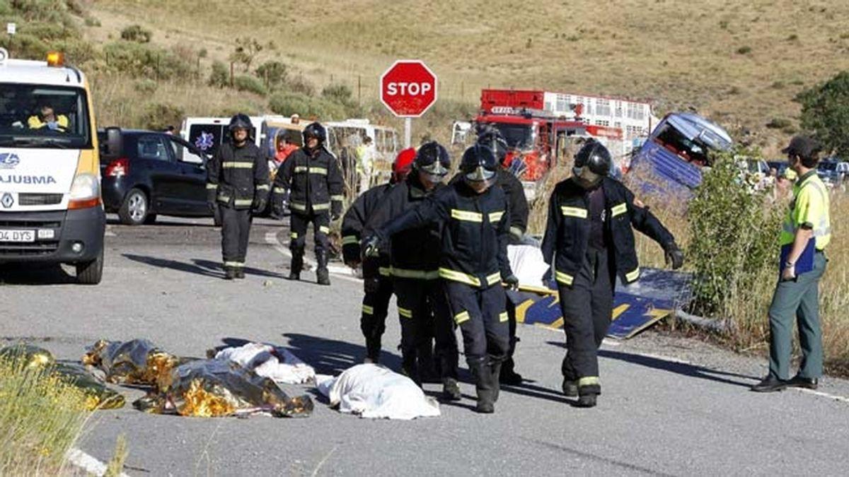 Nueve muertos tras volcar un autobús en Ávila
