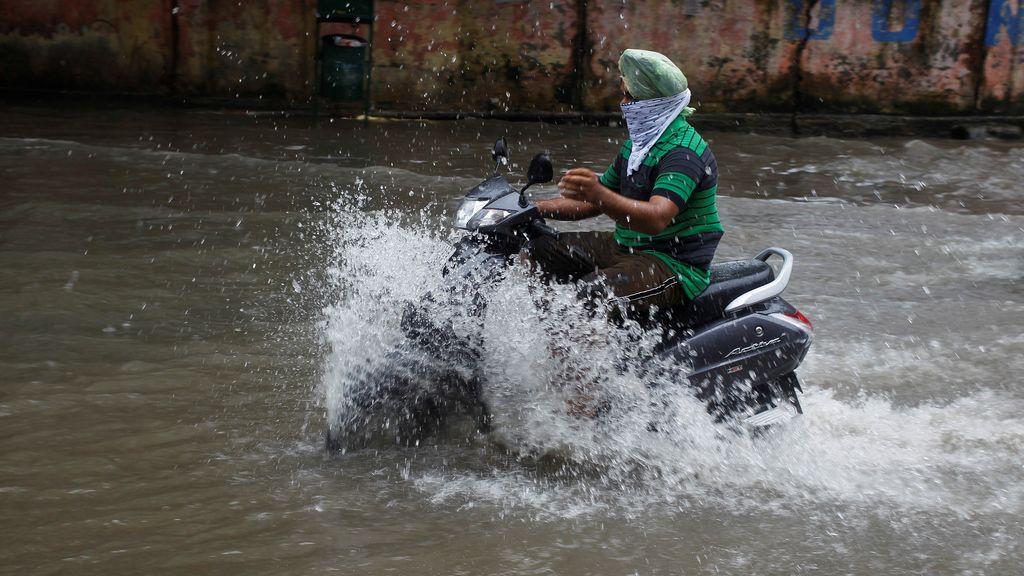 Las inundaciones paran el tráfico en India