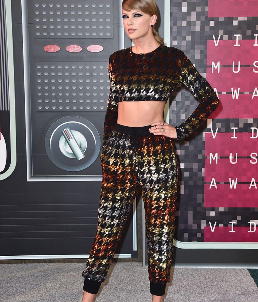 Taylor Swift con un 'look' ochentero de Ashish