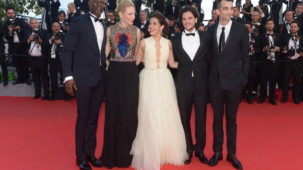 Un periodista ucraniano se mete bajo la falda de America Ferrara en Cannes